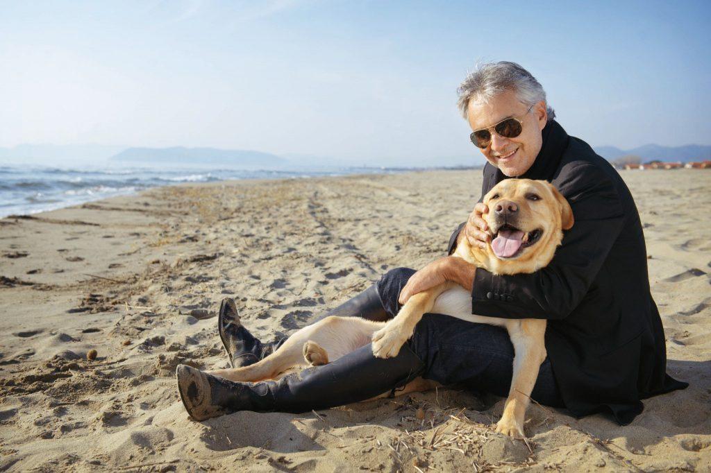 Anchetă în Italia după ce cățelul tenorului Andrea Bocelli s-a înecat în mare
