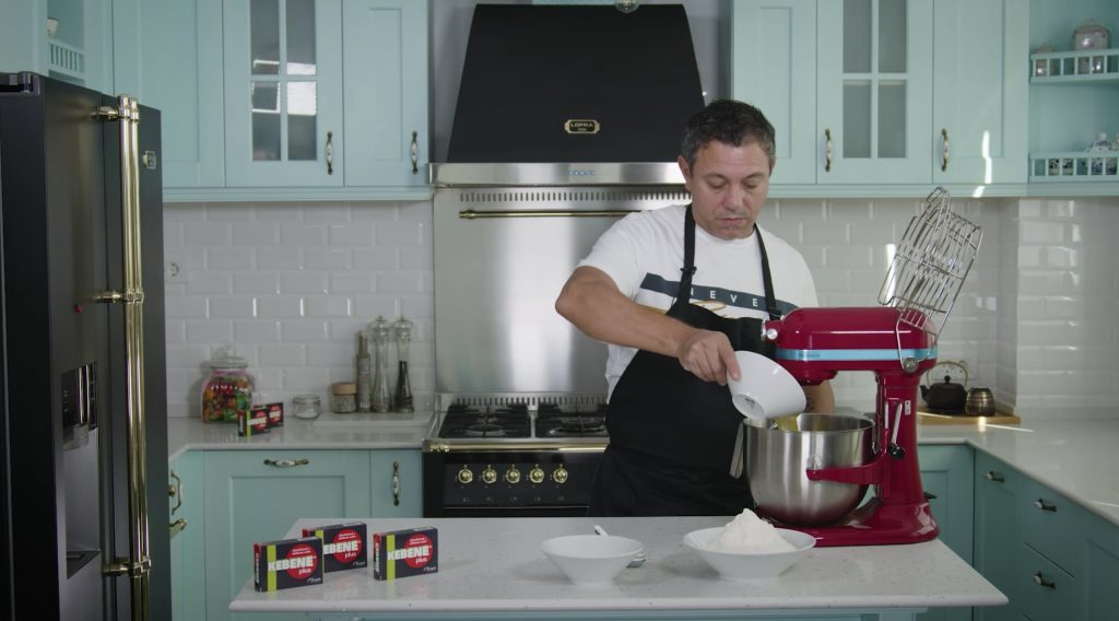 Modul de preparare al rețetei de Gogoși a lui Sorin Bontea. Chef-ul foloseste un robot de bucătărie, dar acestea pot fi frământate și cu mâna