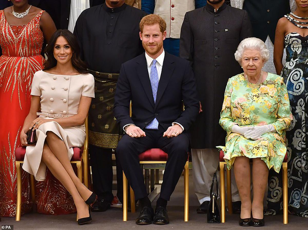Regina Elisabeta devastată de decizia Prinţul Harry şi a lui Meghan Markle