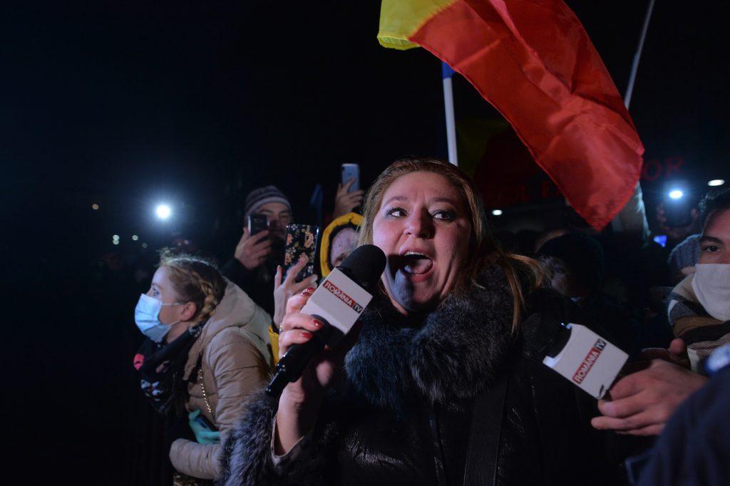 Diana Șoșoacă alături de protestatarii de duminică de la Ministerul Sănătății.