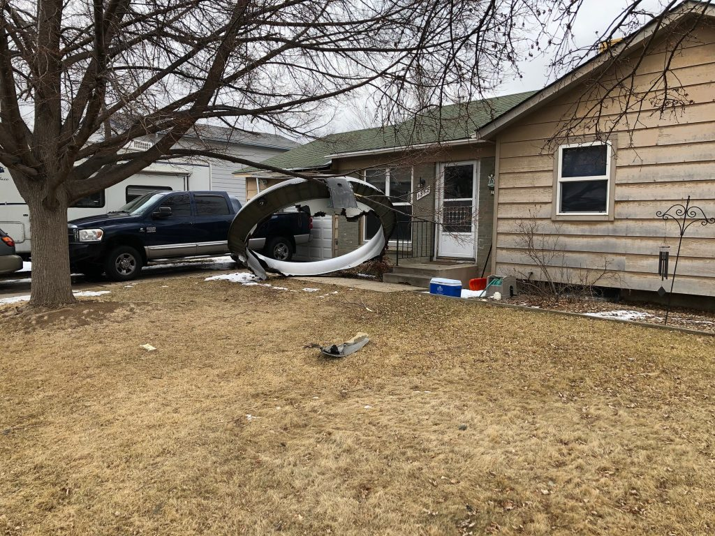 Resturi căzute dintr-un avion într-o zonă rezidențială din SUA, după explozia unui motor. Un incident similar s-a petrecut și în Olanda