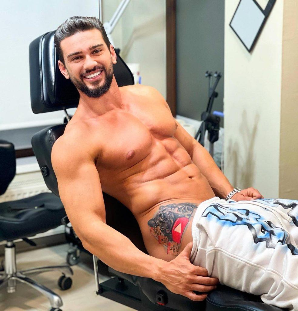 Dorian Popa certat de fani că s-a tatuat pe coapsă