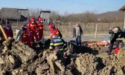 Un bărbat care săpa un șanț a fost prins sub un mal de pământ