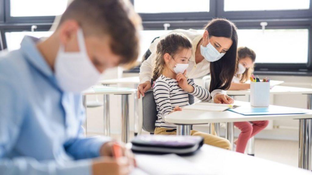 Elevii care nu poartă mască la școală vor fi trimiși acasă și puși absenți