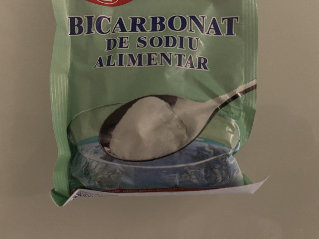 Bicarbonatul de sodiu combinat cu oțetul te scapă de calcarul din mașina de spălat și o igienizează